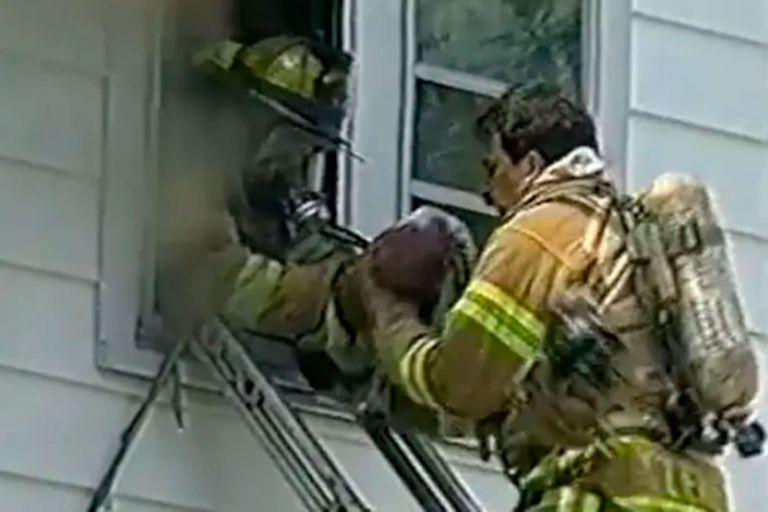 La historia jamás contada del bombero que resucitó a una bebé tras rescatarla de un incendio