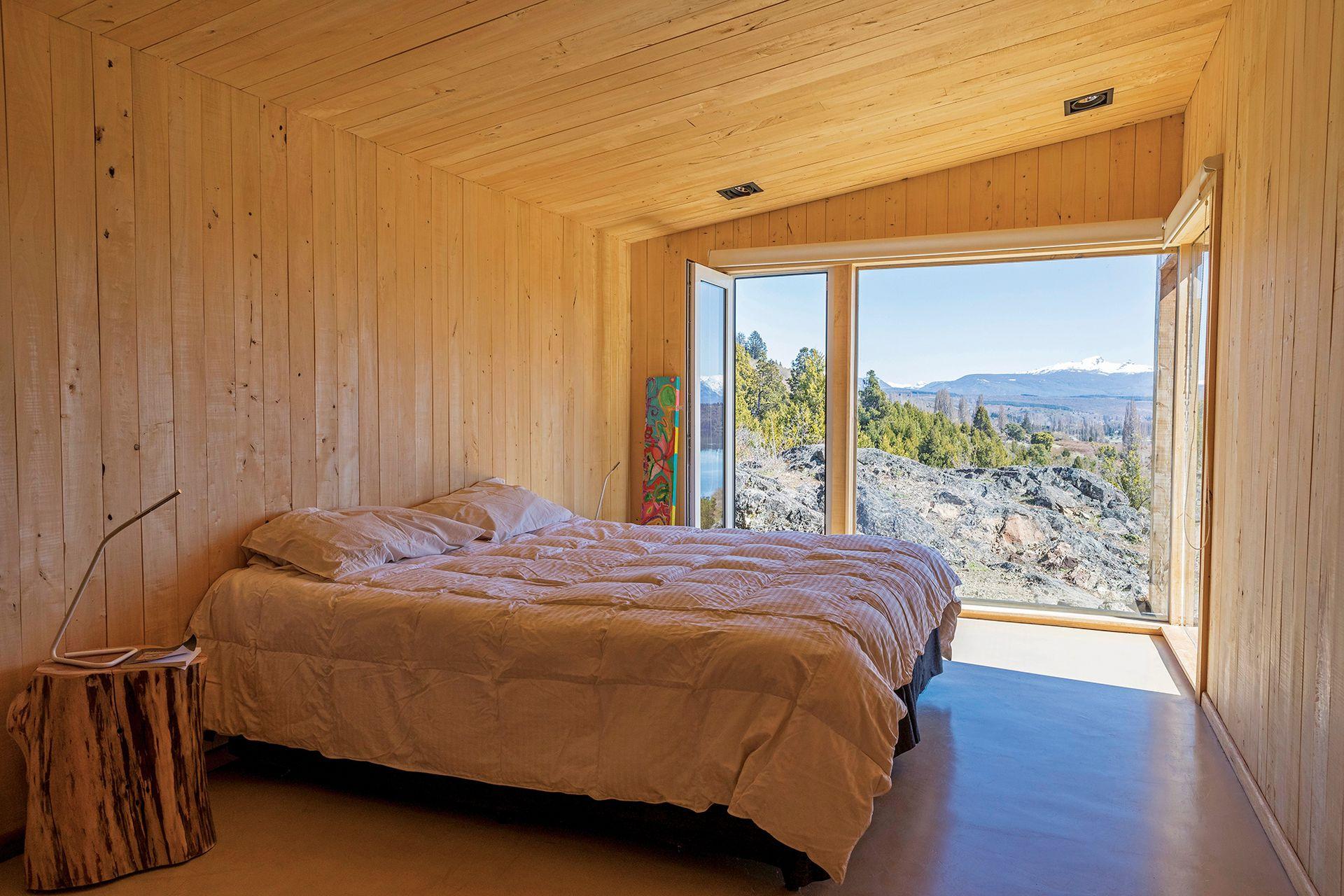 El dormitorio, de líneas simples, no necesita mucha más que la vista.