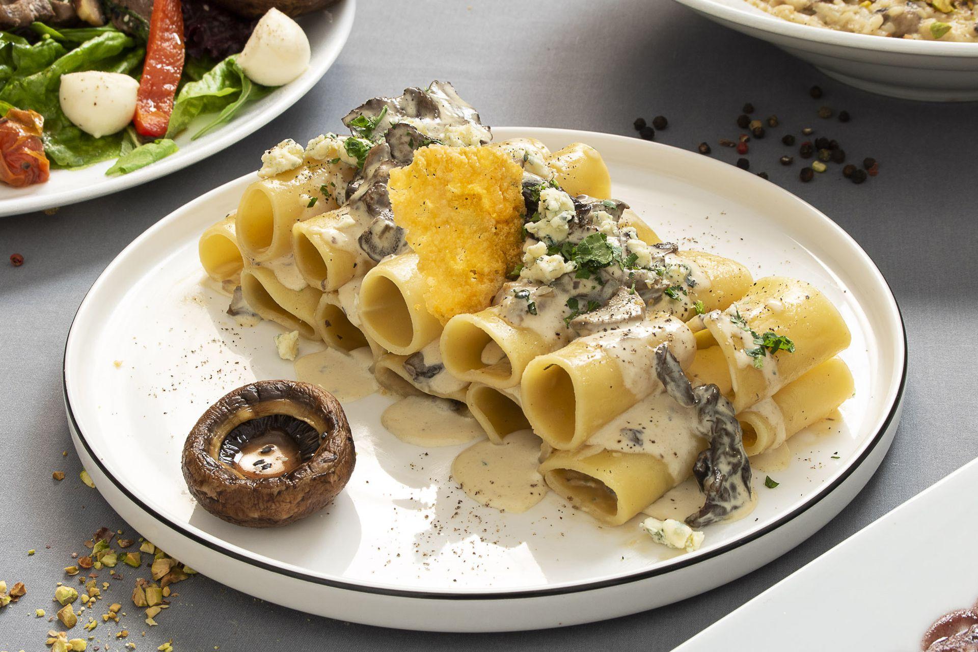 Pasta corta con queso gorgonzola, hongos y echalotte.
