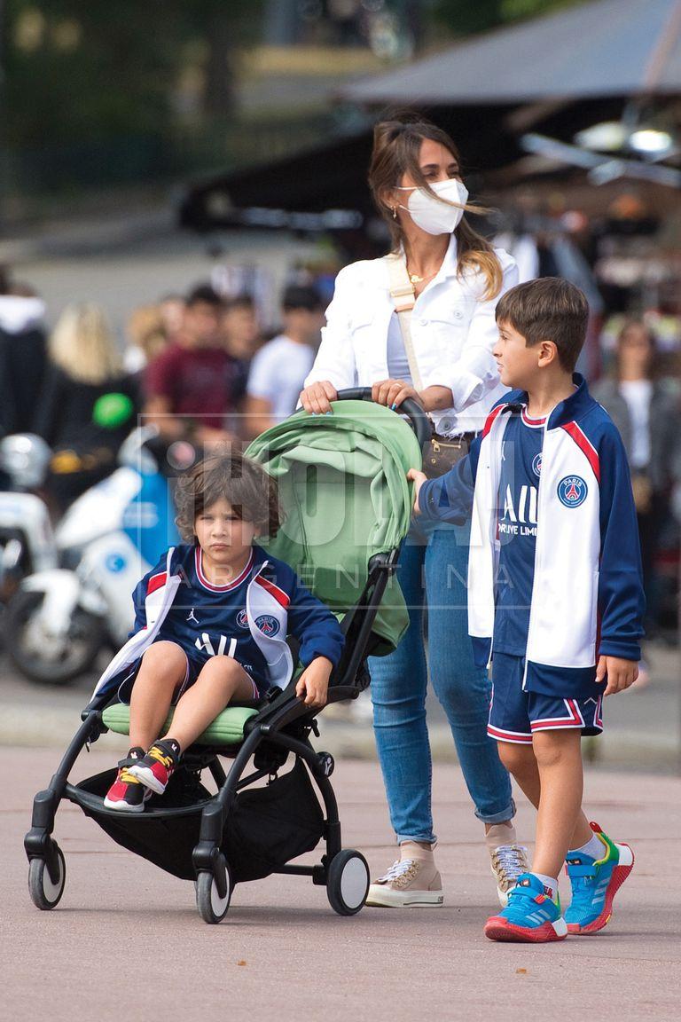 En una de las salidas a pie con mamá, Thiago, Mateo y Ciro compraron unos walkie talkie.