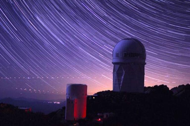 El Instrumento Espectroscópico de la Energía Oscura (DESI) se encuentra en el domo del telescopio Mayall, en el Observatorio Kitt Peak, en Arizona.
