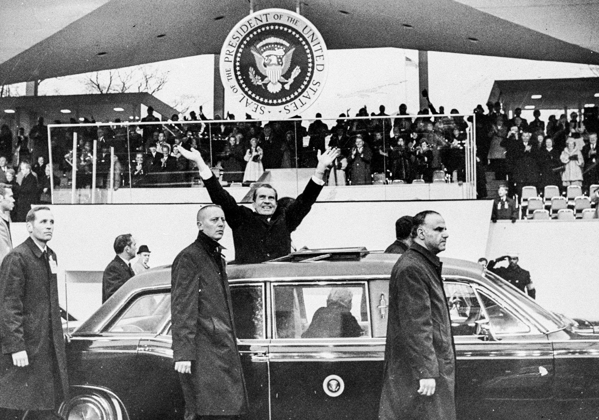 El 20 de enero, cien mil republicanos asistieron en Washington a la entrada en funciones de Nixon. Al mediodía, en la escalera del Capitolio, prestó juramento