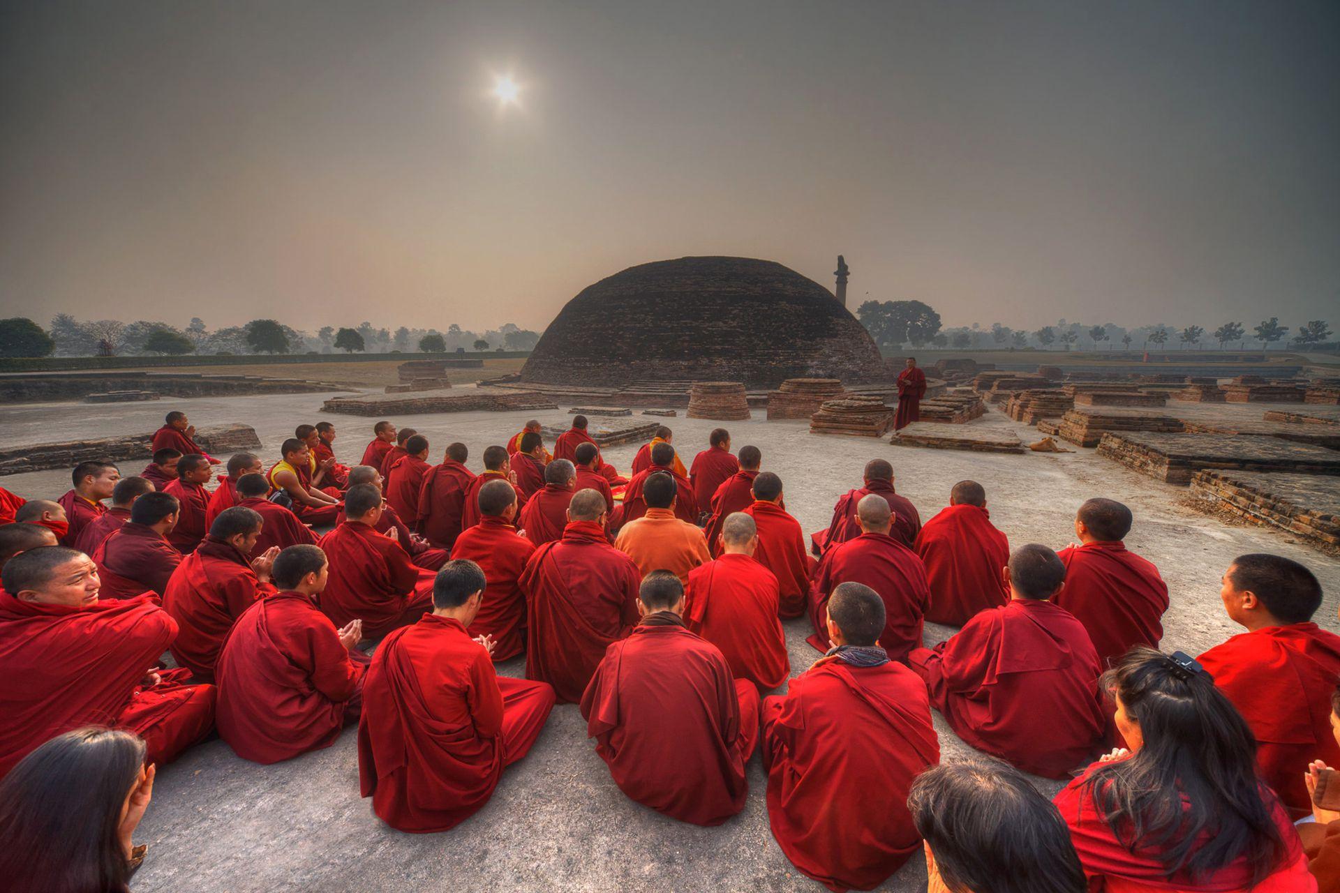 Durante una peregrinación a los ocho principales lugares sagrados budistas en la India y Nepal, monjes y monjas del monasterio de Shechen están sentados en la meditación frente a la Estupa Vaishali, en Bihar