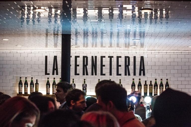 Bares y restaurantes reversionan el modelo de la cervecería artesanal con el fernet como protagonista, mientras otros incorporan canillas para servir tirado este amargo