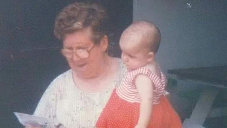 Alita Porto Reis con su nieta Samanta, cuando la menor era aún bebé