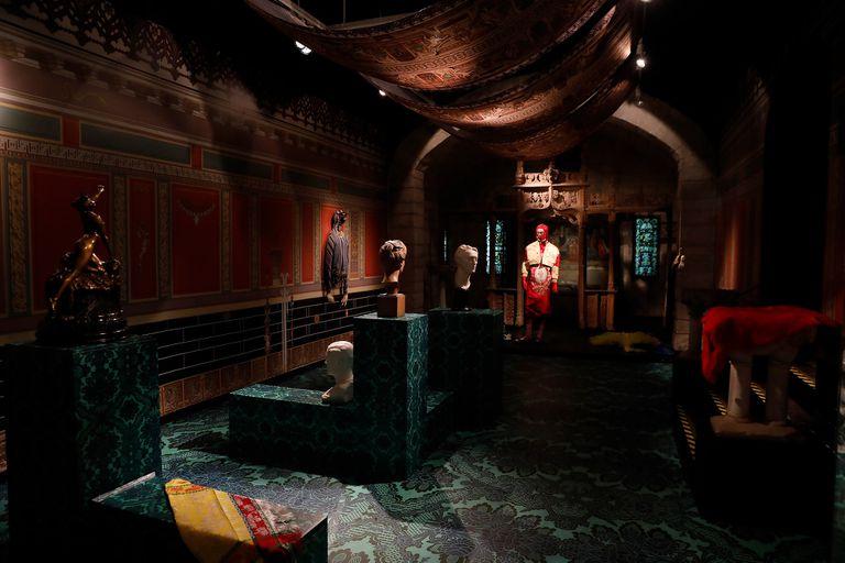 """Instalación de """"Naive Decorators"""", la obra de Mehryl Levisse"""