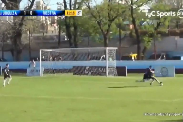 Pisó la pelota, se cayó y cobraron penal para Riestra en la B Metropolitana