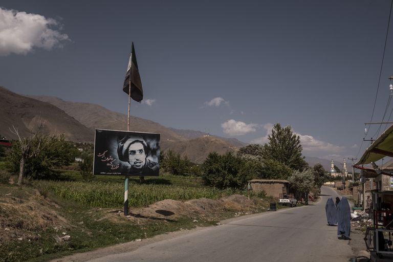Un retrato del difunto Ahmad Shah Massoud al costado de la carretera en Panjshir, Afganistán, el 1 de septiembre de 2020