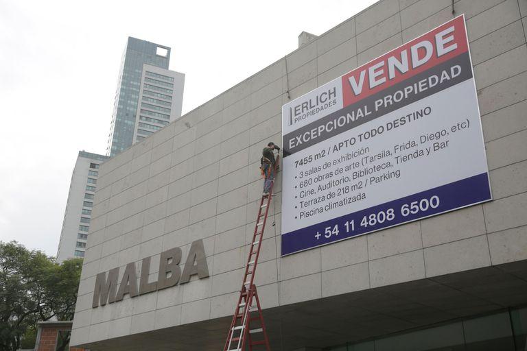 La intervención de Erlich sobre la fachada del Malba, en el marco de Liminal