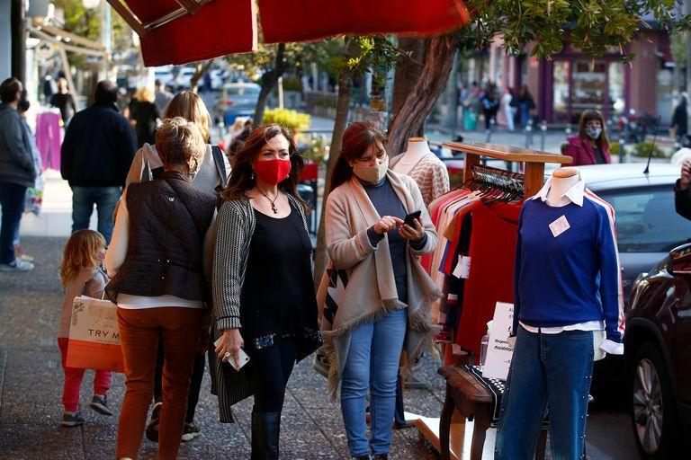Los comerciantes reclaman poder atender clientes en el interior de los locales