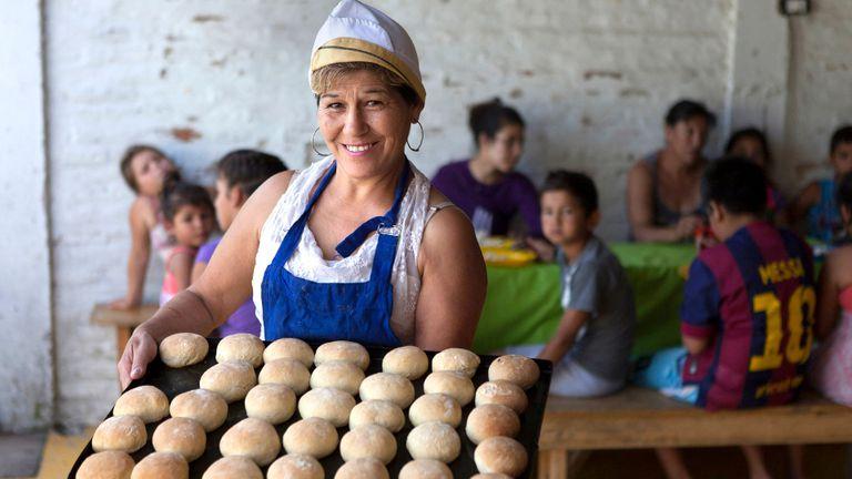 Delfina González, vecina del Merendero El Maná (Tigre), hace dos meses empezó a hacer pan para los chicos