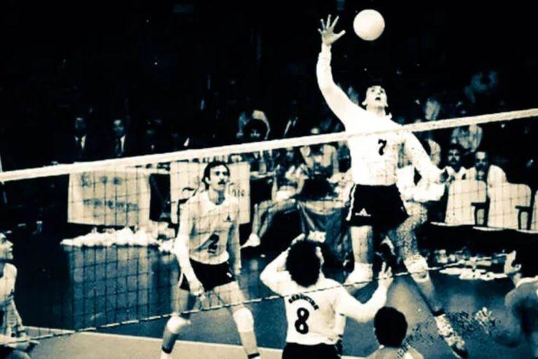 Mundial 1982, en el Luna Park. Se eleva Hugo Conte, tras el armado de Waldo Kantor (8): la leyenda tenía 21 años