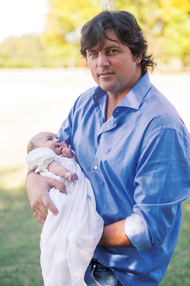 El polista con su hija en brazos