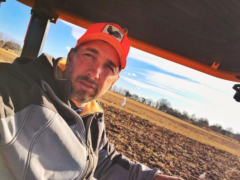 Trabajaba con el tractor y vio un muerto en medio del campo