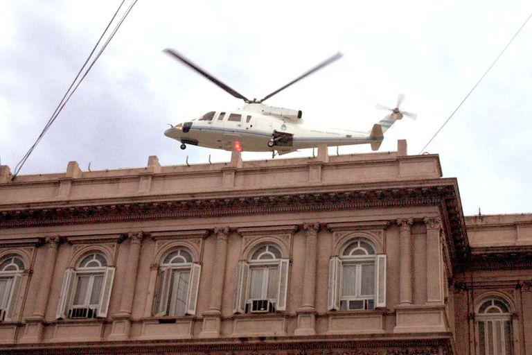 El 20 de diciembre de 2001, Fernando De la Rúa presentó su renuncia como presidente y se fue de la Casa Rosada en helicóptero