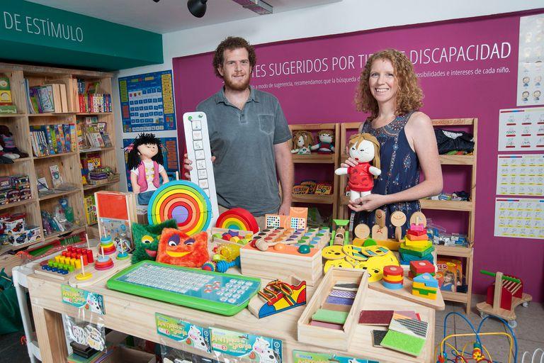 Dos hermanos crearon una línea de juguetes para chicos con discapacidad