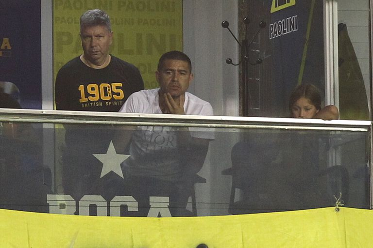 Riquelme en su palco, viendo un partido de Boca del torneo local