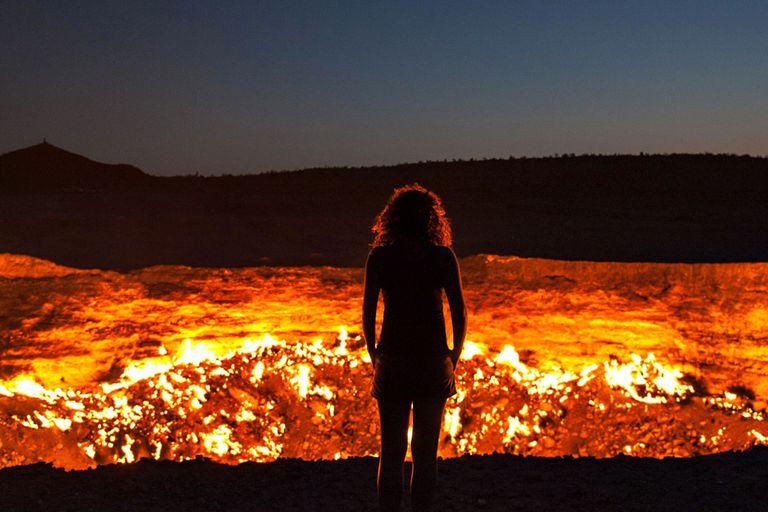 """""""La Puerta al Infierno"""": el cráter que arde hace 50 años y nadie pudo apagar"""