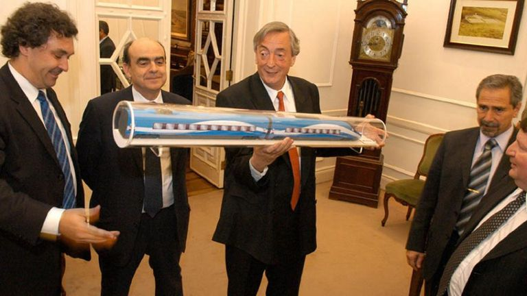 Otras épocas, el entonces presidente Néstor Kirchner, con la maqueta del tren bala; a su izquierda, Ricardo Jaime y directivos de Alstom