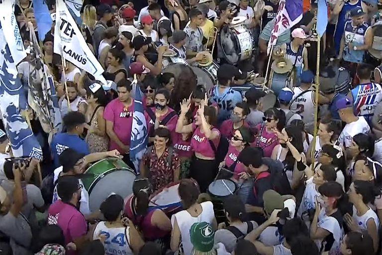 Cumbia, bengalas y ni un centímetro libre: los jóvenes protagonizan el homenaje a Néstor Kirchner