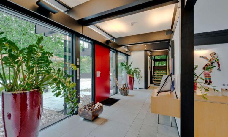 En la casa predominan el estilo minimalista y las paredes acristaladas