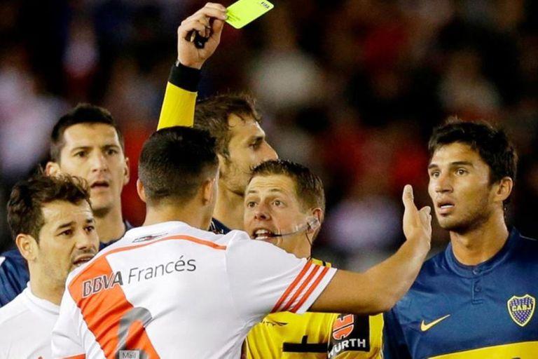 El árbitro Germán Delfino contó cómo revisa sus decisiones después de los partidos, sus cruces con futbolistas, los superclásicos y la insólita norma que dejaría sin efecto