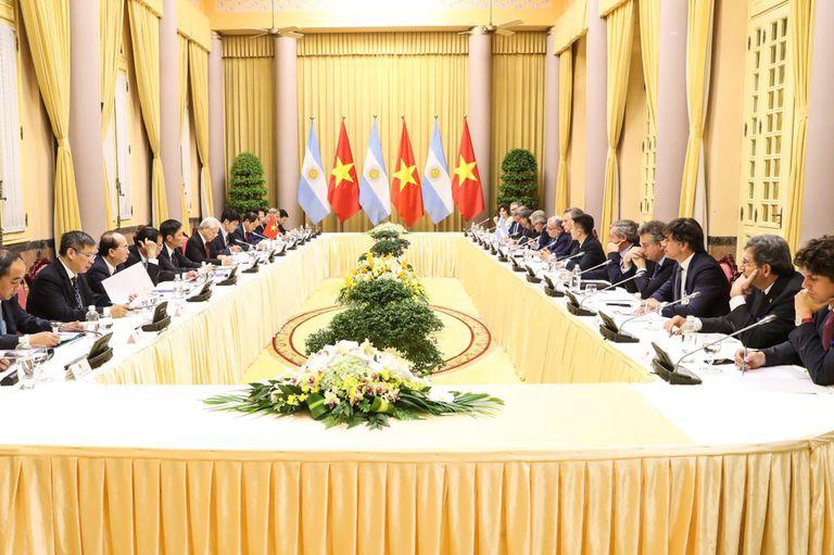 El presidente Mauricio Macri y el presidente de Vietnam, Nguyen Phu Trong, participaron esta mañana de una reunión de trabajo ampliada, con las respectivas delegaciones, en el Palacio Presidencial de la capital del país asiático