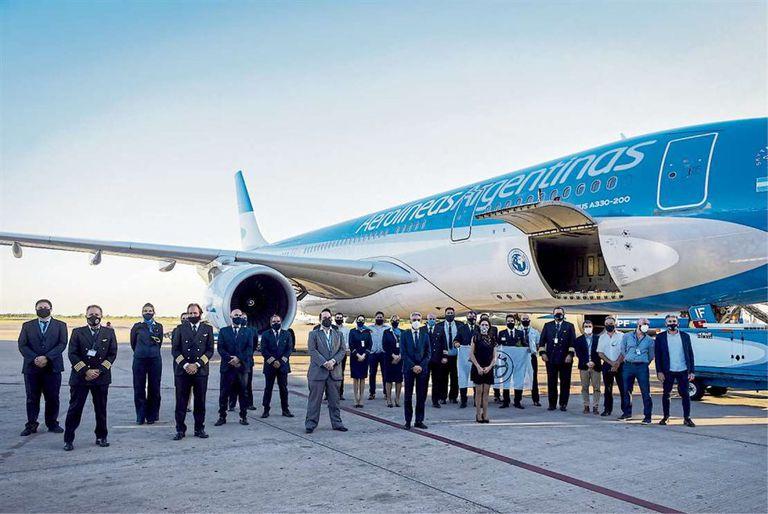 La tripulación del avión de Aerolíneas Argentinas que transportará las 300.000 dosis de la vacuna rusa: retratados para una gesta