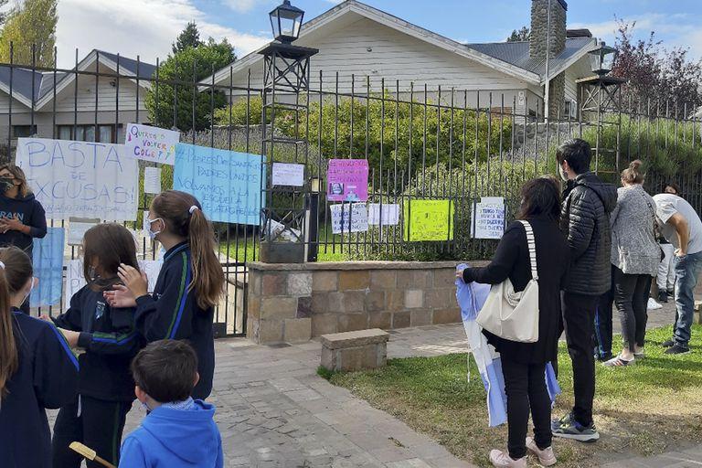 La manifestación en reclamo de la la vuelta a clases presenciales en la residencia oficial de la gobernación, en El Calafate