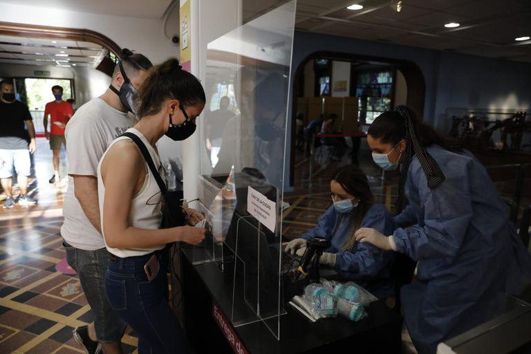 Los residentes y turistas que llegan en auto a la ciudad deben acercarse al Centro de Convenciones o al Edificio de la Munich para realizarse la muestra de saliva