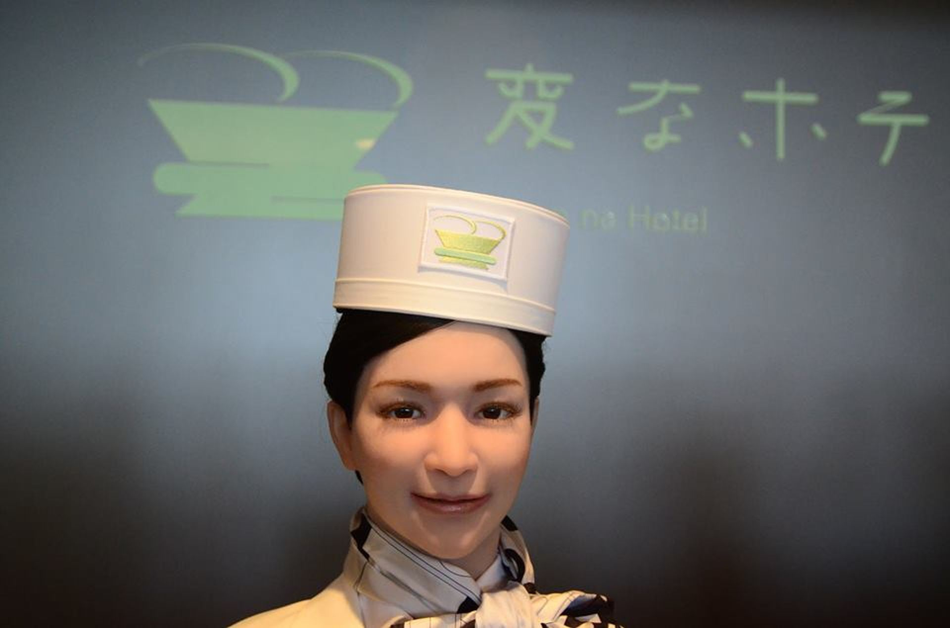 Yumeko, la androide recepcionista, imita todos los movimientos humanos.