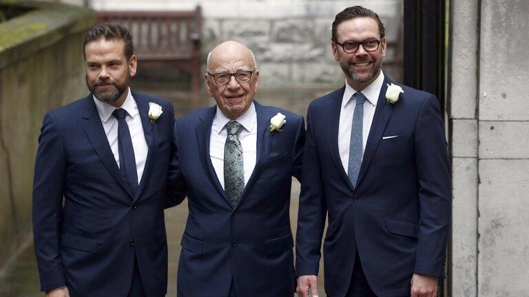Rupert Murdoch, junto a sus hijos Lachlan (izquierda) y James (derecha)