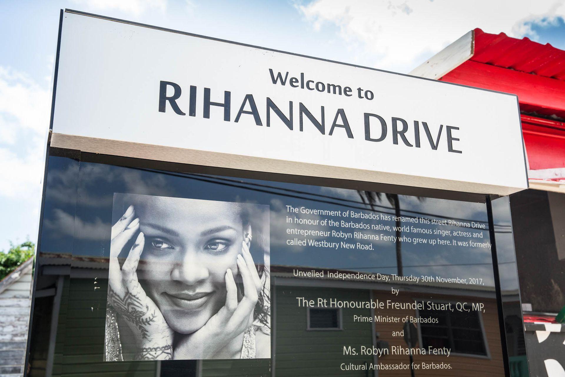 El cartel que indica el arribo al Rihanna Drive, cantante nacida en la isla.