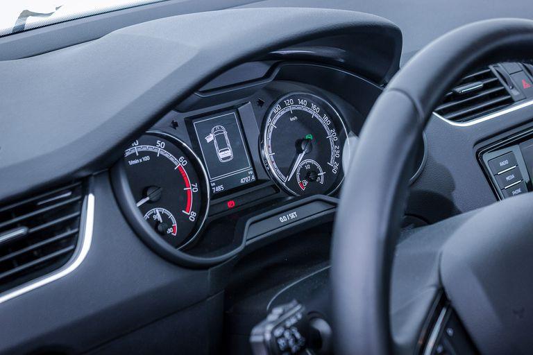 Instrumental. Peugeot, en Francia, reemplazó el tablero digital actual del modelo 308 S por el analógico que tenía en sus primeras versiones, debido a la falta de chips