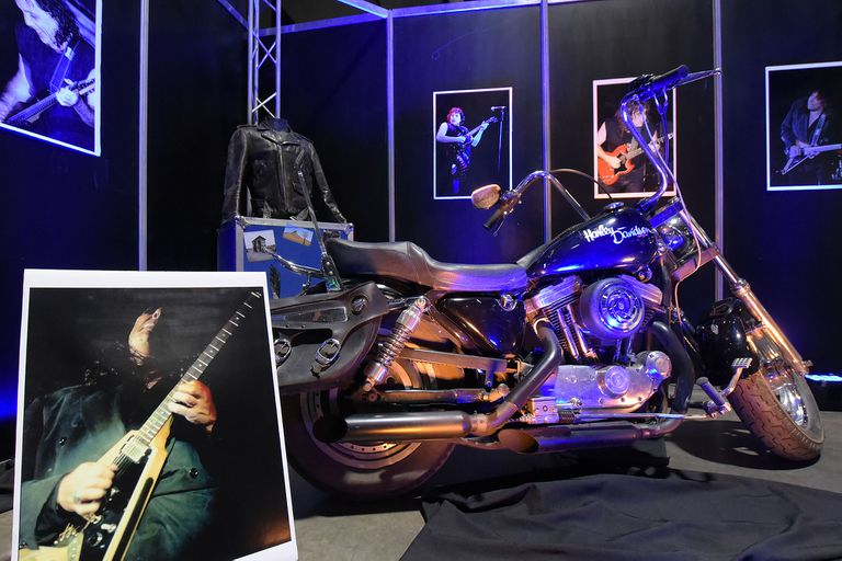 Guitarras, fotos, autos, motos y una lancha: cómo es el museo de Pappo