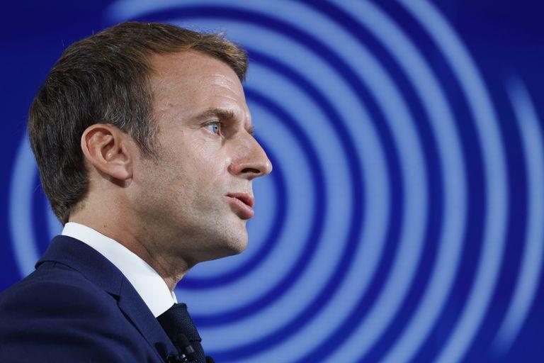 El presidente francés Emmanuel Macron al anunciar su plan económico en París el 12 de octubre del 2021.   (Ludovic Marin, Pool Photo via AP)