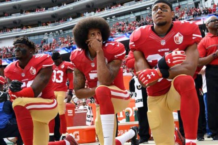 Kaepernick se negó a cantar de pie el himno de Estados Unidos