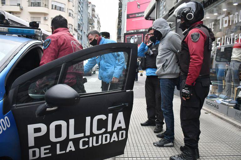 Motochorro detenido en el centro tras haber robado una valija con $3 millones en una salidera bancaria