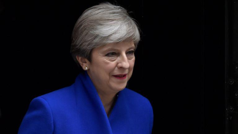 La primera ministra Theresa May deja Downing Street rumbo al Palacio de Buckingham, donde se reunirá con la reina Isabel II