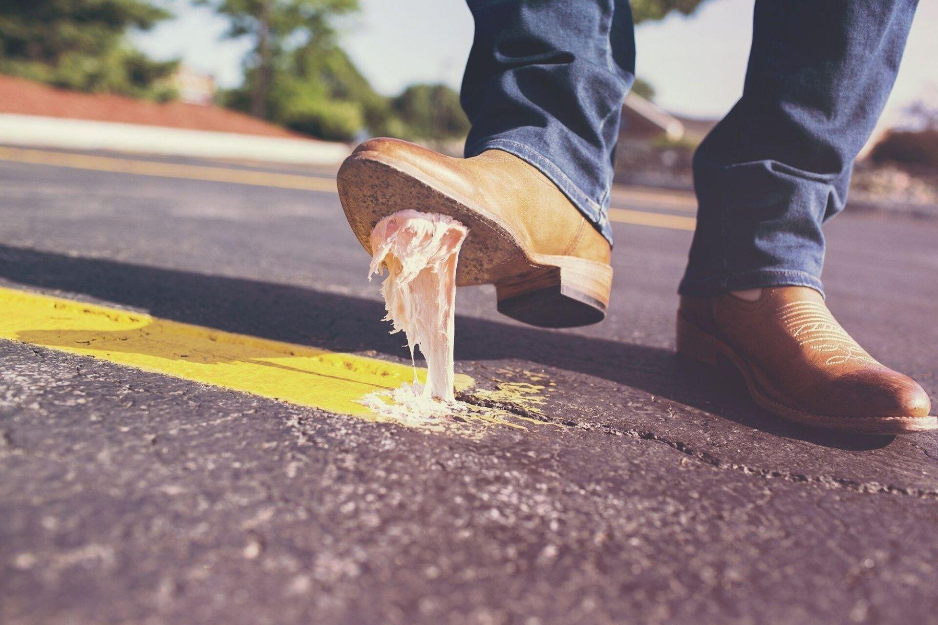 La suciedad de la calle queda adherida a la suela de los zapatos, incluyendo los gérmenes patógenos.