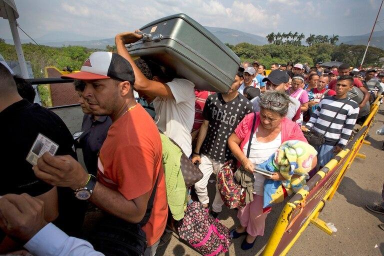 Ciudadanos venezolanos cruzan el puente internacional Simón Bolívar hacia Colombia