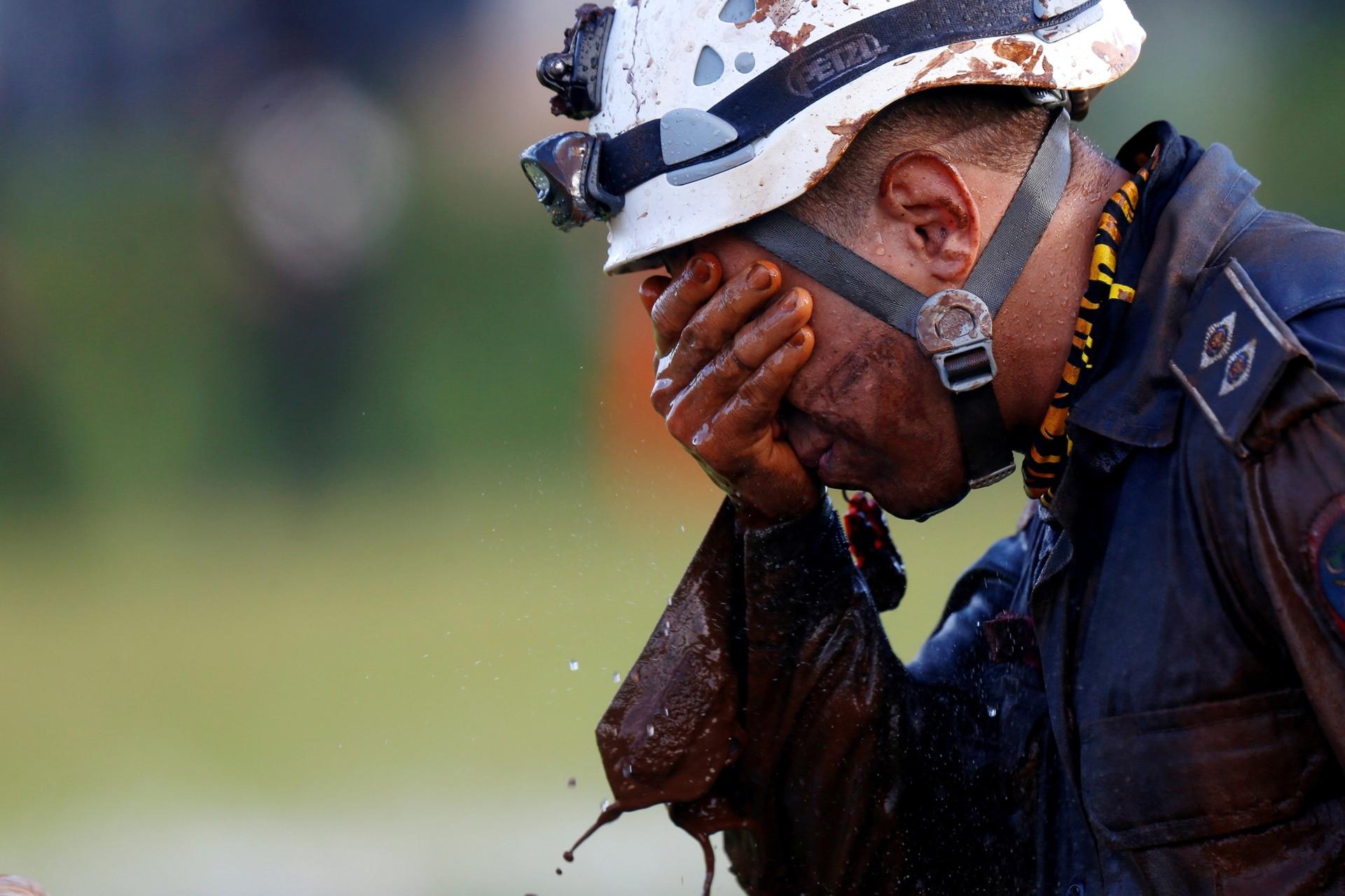 Un miembro del equipo de rescate reacciona, al regresar de la misión, después de que se derrumbó una presa de relaves de propiedad de la compañía minera brasileña Vale SA, en Brumadinho, Brasil, el 27 de enero.