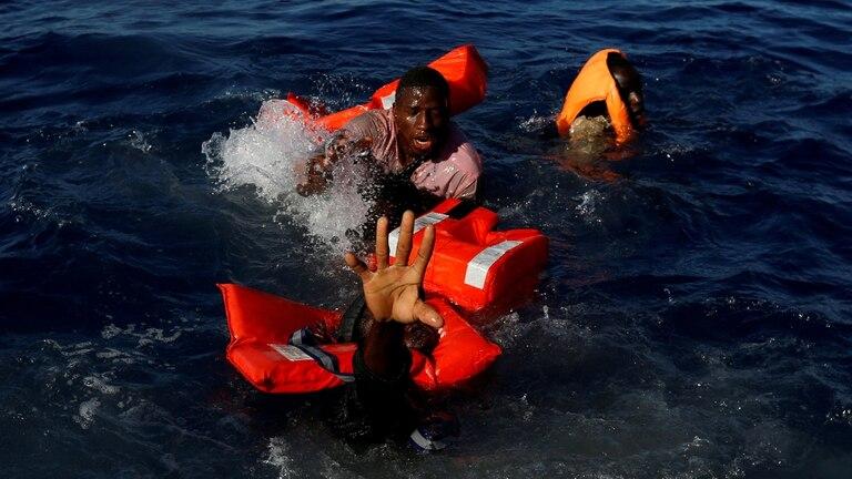 Los migrantes intentan mantenerse a flote después de caerse de su bote de goma durante una operación de rescate del barco de la ONG Migrant Offshore Aid Station (MOAS) en el Mediterráneo central en aguas internacionales a unas 15 millas náuticas de la costa de Zawiya en Libia, 14 de abril