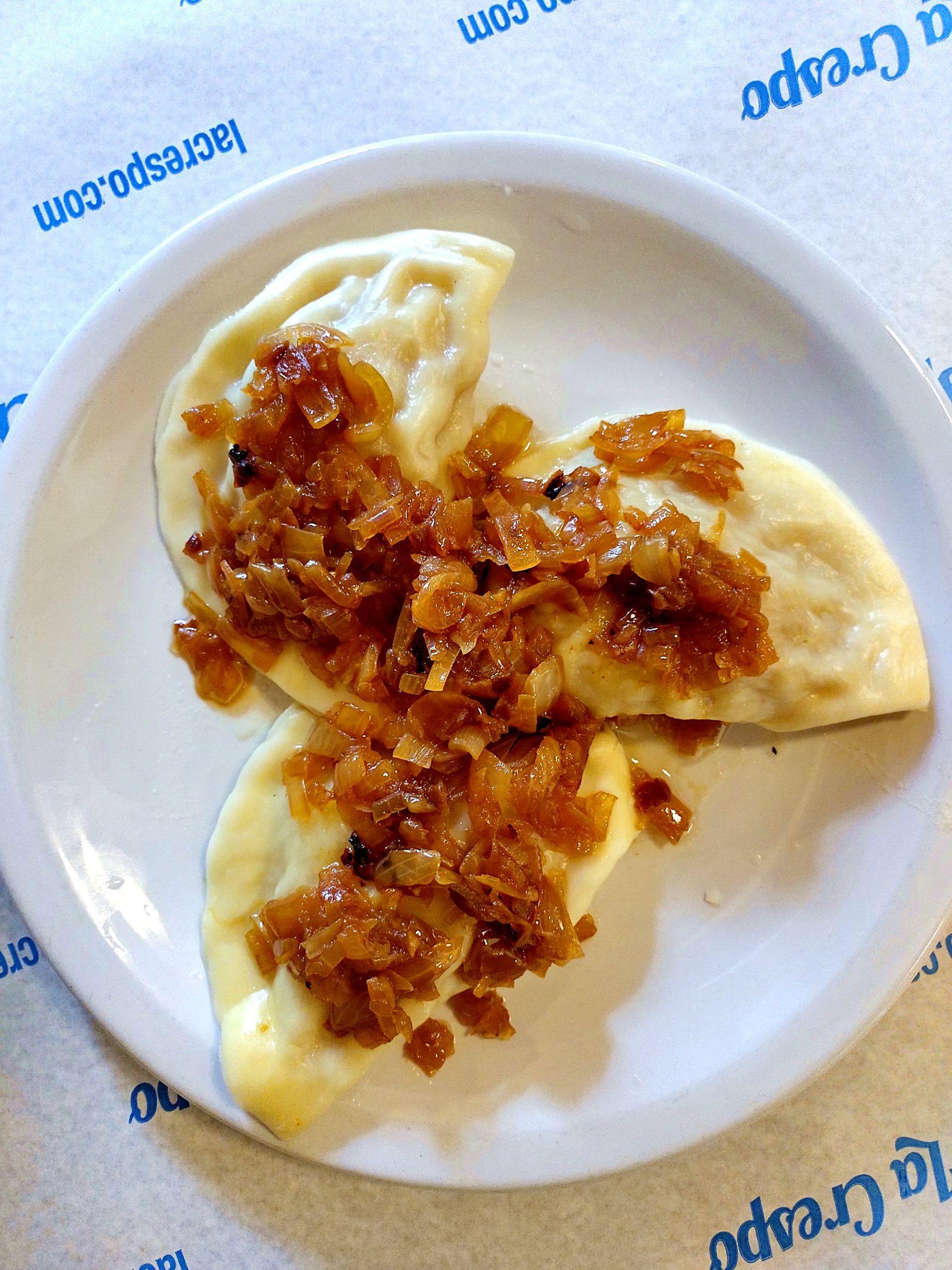Los varenikes de La Crespo vienen rellenos de puré de papa enriquecido con cebollita caramelizada.