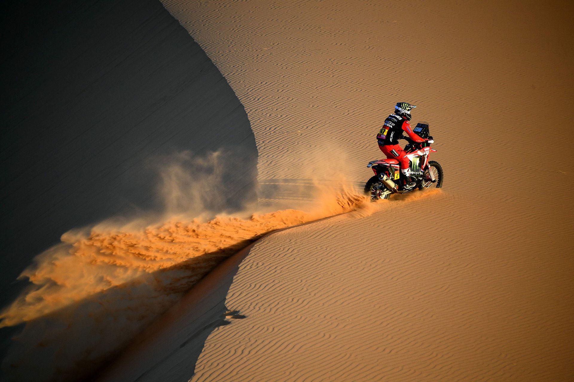 El motociclista argentino Kevin Benavides participa durante la etapa 2 del Rally Dakar 2021 entre Bisha y Wadi Ad-Dawasir en Arabia Saudita