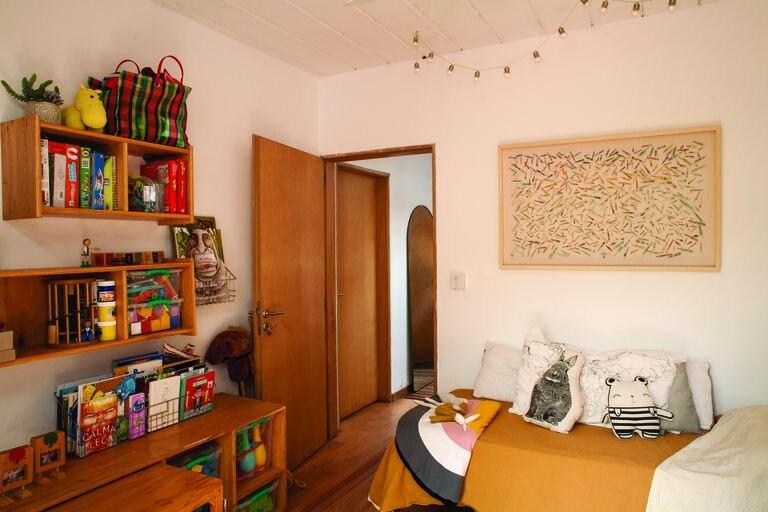 El destacado del cuarto infantil es el mueble (Ziegel Lab) que mandaron a hacer en función de los recipientes plásticos que ya tenían, y que guarda una mesita.