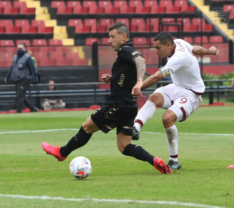 José Sand convierte con un derechazo cruzado su primer gol para Lanús en Santa Fe