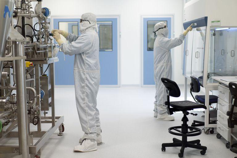 Puesta a punto de equipos en la planta de biotecnología de mAbxience en Garín, Buenos Aires