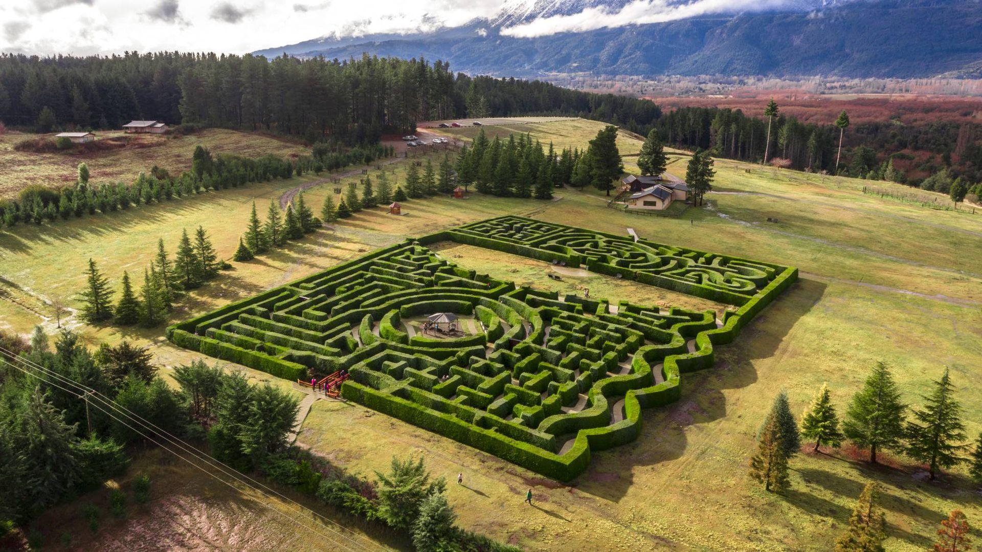 En el Valle de Epuyen rodeado por la  impresionante presencia de los Andes, el laberinto Patagonia es uno de los más importantes de Sudamérica