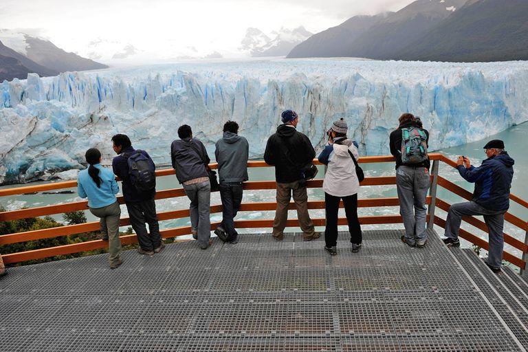 Turismo y anegaciones en la ciudad, el día después de la ruptura del glaciar